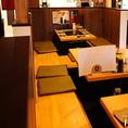 テーブル席はモダンで落ち着いた大人な雰囲気。数種類のサワー・焼酎などのお酒もずらり!!
