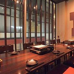 団体12名から14名様までご利用できる完全個室。ガラス張りで大人の雰囲気を味わえる空間です。