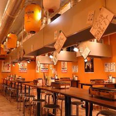 3名様用のテーブル席は3卓ご用意。当店は平和通駅より徒歩2分・小倉駅より徒歩6分と駅近な、リーズナブルに種類豊富なホルモン・焼肉を楽しめるコスパ抜群の居酒屋です。