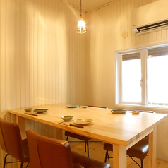 【1階】移動可能なテーブルなので、小規模のご宴会にもおすすめです。ぜひご相談ください。