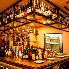 デート&1人使いにも◎こだわりカウンター席。世界各国のワイン、ビール、リキュールが数多くならんでいます。