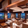 ハワイにある上質なリゾートホテルをイメージ。高級感漂うホテルライクな空間に、ラタンや植物などのリゾートらしさを取り入れて心安らぐひとときを演出。昼は明るく開放感にあふれ、夜は照明を落としてムーディに。時間とともに雰囲気がゆっくりと移りゆく姿もまた魅力的。