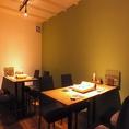 【1F】テーブル席。落ち着いた雰囲気で楽しめるテーブル席は、デートや女子会にもピッタリです。