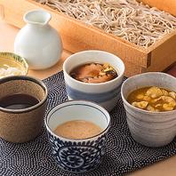 北海道産石臼挽生蕎麦。三間堂特製の彩り豊かなつゆ各種