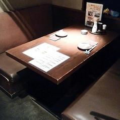 薄暗く作られた静かにお食事のできる半個室。雰囲気もよく、女子会やカップルにも人気のお席です♪