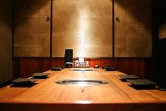 ゆっくり会話も楽しめる広々としたテーブル席。