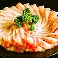 【鹿児島直送の最高級黒豚しゃぶしゃぶ】鍋汁は鹿児島県根占産のびわ茶を使用。 関西風白だしとネギ、アクセントにゆず胡椒を入れご賞味いただきます。