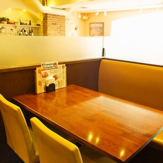 4人用テーブルですが、ゆったりお食事が楽しめるよう広めに作られてます