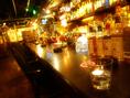 カウンター席。バーならではの種類豊富なお酒のボトルがズラリ。照明とガラスのボトルが何ともお洒落な雰囲気を出します♪