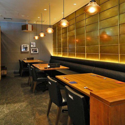 【半個室×4部屋】6名~25名様までご利用いただける半個室を完備しております。梅田でのご宴会や接待、顔合わせやお祝い事などにどうぞ。仲間と少人数宴会も、存分に語り合える半個室でお過ごしいただけます。窓から差し込む街の灯りと、ほんのりと照らす店内のライトが落ち着いた雰囲気で食べる和食料理は別格です!