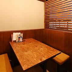 真ん中のテーブル席は6名様迄ご予約可能な個室席を2席ご用意。最大12名様迄の半個室でもお食事が可能です!会社宴会、ファミリー、合コン、誕生日会、女子会など様々なシーンでの使い勝手抜群です★KITSUNEの全てを詰め込んだ宴会コースもご用意♪全12品豪華天ぷら盛り合わせコースは料理のみ2500円!