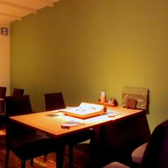 【1F】テーブル席(宴会セッティング)。少人数~12名までの個室宴会としても使えます。