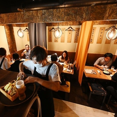 2~4名様迄着席可能なテーブル席は全部で6卓ご用意。一部連結も可能なので、少人数での飲み会、女子会、誕生日会などのご利用に最適です!KITSUNEはリーズナブルな飲み放題付き宴会コースもご用意♪飲み放題が付いて3000円~とコスパ抜群です♪※禁煙席