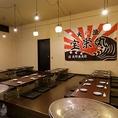 """阪神尼崎駅すぐ!会社宴会、同窓会等々、大いに語り合いたい時は座敷席でどうぞ。10名様以上でお集まりの際も、横一列のレイアウトでお過ごしいただけます。お早めにご予約いただければ、人数次第でコチラを独占することも◎ 最大40名様までの宴会に対応します。店内奥のスペースなので""""お忍び気分""""も味わえます"""