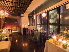 窓側のテーブル席で大名の街並を楽しみながらバラエティ溢れる創作料理をお楽しみください。