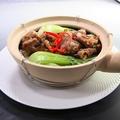 料理メニュー写真牛バラ肉の醤油煮込み土鍋、ナスと鶏肉の黒酢風土鍋、地鶏の黒豆土鍋