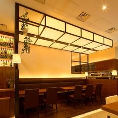 普段はお客様のテーブル席ですが、ウエディングやパーティの際はマイクを置いたり壁にプロジェクタを映したりすることができます。