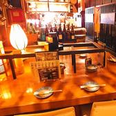 落ち着いた雰囲気のテーブル席です。広々としたテーブルですので、お料理をたくさん並べても大丈夫です!