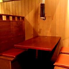 【1階フロア】4人掛けボックステーブル席です。下町風の店内でおつくろぎ下さい。