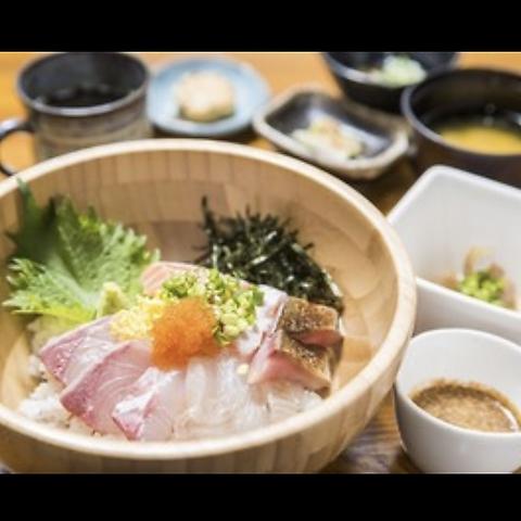 市場から仕入れる新鮮なお魚を使用したお料理を楽しめます!女子会にも人気です◎