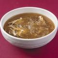 料理メニュー写真フカヒレ入りピリ辛スープ/フカヒレスープ/プカヒレ入りと卵白のとろみスープ