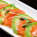 料理メニュー写真アボカド&トマトスライス