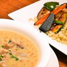 料理メニュー写真国産オーガニックチキンのとカシューナッツのホワイトスープカリー 彩り野菜とオーガニッククスクス添え