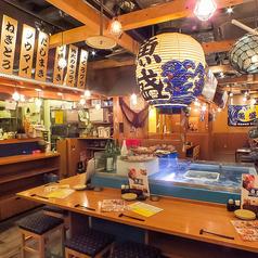 お一人様も大歓迎です★以外にも大人気なカウンター席。目の前で調理が見える席、オープンキッチンで生け簀がお出迎え♪気合満点の厨房と生け簀を眺め、広々とした店内での美味しいお料理をご堪能下さいませ♪ちょっとしたおつまみも絶品ですのでこだわりの日本酒とご一緒にお楽しみ下さい!