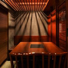 【1~4名様テーブル】新鮮な鮮魚をご堪能頂ける海鮮居酒屋魚王KUNIの店内は、暖かみのある照明が柔らかく包み込む落ち着いた空間。お仕事終わりのちょい飲みやご家族での食事にも最適です◎