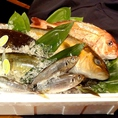 「快眠活魚」活きている状態で針を刺し運動中枢をマヒさせ、魚を眠らせた状態にする、世界初の画期的な処理方法。獲れたてのぶりんぶりんの食感を楽しめます♪