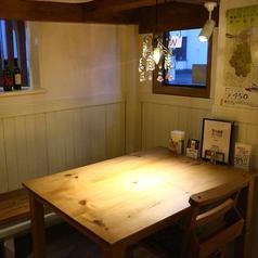 木目が美しい手触りの滑らかなテーブル。外を見渡せる開放的な窓際席もあり。
