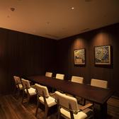 照明と木のぬくもりを感じる8名様用の個室