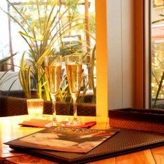 【夜はキラキライルミネーションが輝く】眺めるグリーンテラスエリアには輝くイルミネーション★まずはグラス片手にオシャレに乾杯・・・