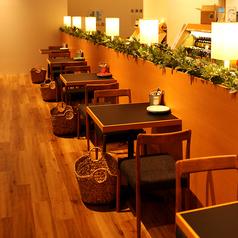 壁側には2名様掛けのお席を5卓ご用意しております。お二人でゆっくりお話をしたい時、お1人様のランチにもお使い頂きやすい席です。