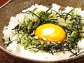 料理メニュー写真焼き鳥たれで卵かけごはん