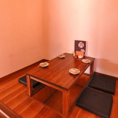 2~4名様用掘りごたつの半個室♪備え付けのロールスクリーンを下せば、個室のような空間に♪周囲を気にせずお料理やお酒、お話をお楽しみいただけます!