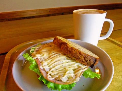住宅地に馴染む、明るく雰囲気のいいジャズ喫茶。手作りパンのサンドも美味!