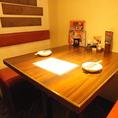 落ち着いた雰囲気のテーブル席。【プライベートな飲み会】に!