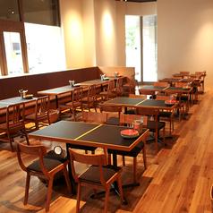 店内中央には4名様掛けのお席を5卓ご用意しております。少人数はもちろん、席を繋げる事もできますので中規模な集まりにもお使い頂けます。