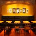 アート作品が飾られているソファ&椅子のテーブル席。 最大10名様までご案内可能なお席です。