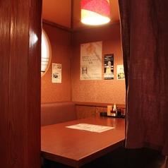 4名様用ソファーテーブル席。間仕切りを開放し8名様個室としても利用可能