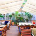 開放的なテラス席には、テーブル席が5卓、ソファ席が3卓ございます。爽やかな風を感じながらお食事をお楽しみいただけます。