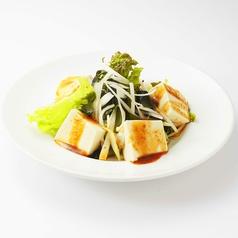 料理メニュー写真燻りかつおの大根サラダ/三陸産 生わかめ豆腐のチョレギサラダ