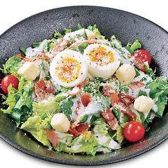 半熟玉子とほうれん草のシーザーサラダ