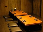 1室8名様、横の間仕切りを抜いて大人数でも対応可能です