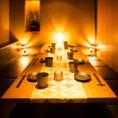 温かい灯りと、洗練されたインテリアやグラスなどの小物が演出する、上質な和モダン空間。