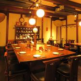【1階/大テーブル席】10名様までの大テーブルをご用意。2名席や4名席としてもご利用可能です。130年の歴史を感じられる、趣あるお席となっております。