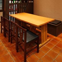 2,4名テーブル×3卓ございます。西九条から徒歩1分と駅チカなので普段使いから小宴会でのご利用にもピッタリです!