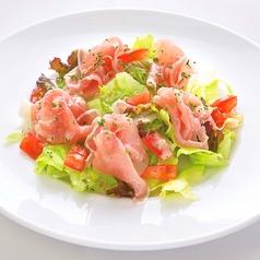 料理メニュー写真生ハムと野菜のサラダ
