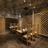 店内中央にあるオープン席は6名様から12名様までご利用可能。オープン席ではございますが、格子状の壁で囲まれていますので他のお客様から圧迫感を感じることはありません。店内を包み込む割烹ならではの高級感と木々の温もりのアクセントをぜひとも感じてください。
